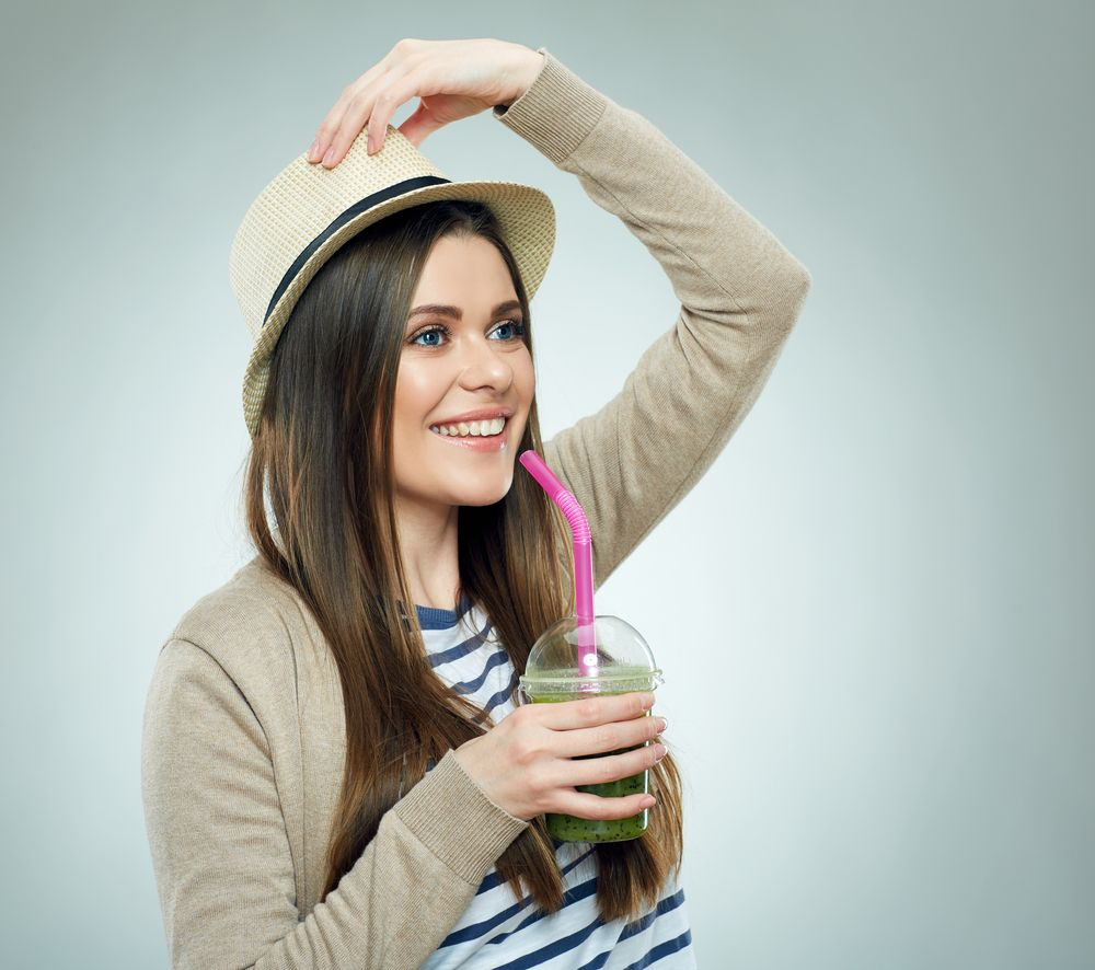 meisje met groene smoothie gezond duurzaam spinazie