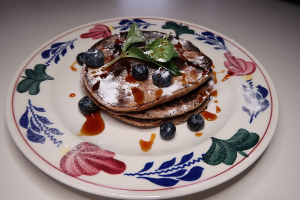 oud-hollands boerenbont bord met drie kleine ontbijtpannenkoekjes