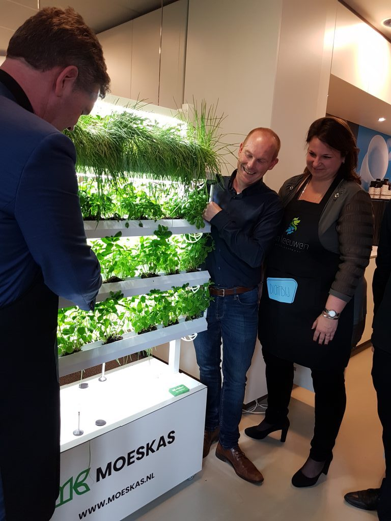 Gemeentesecretaris André Huykman en wethouder Nadine Stemerdink nemen de Moeskas in gebruik