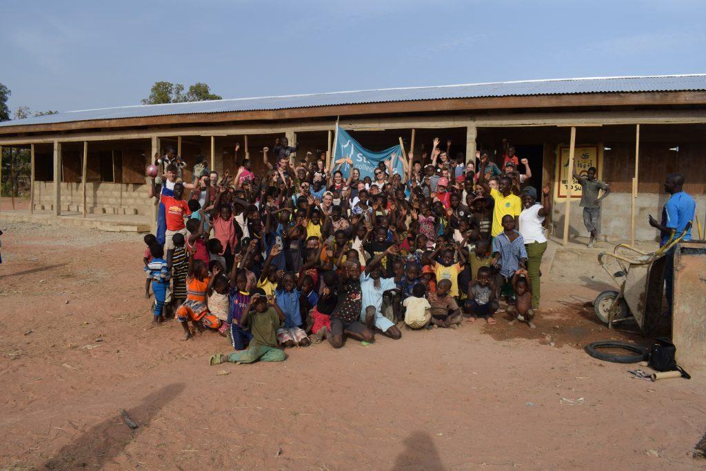 Groep met locals e1551949584998 - Naar school in Ghana