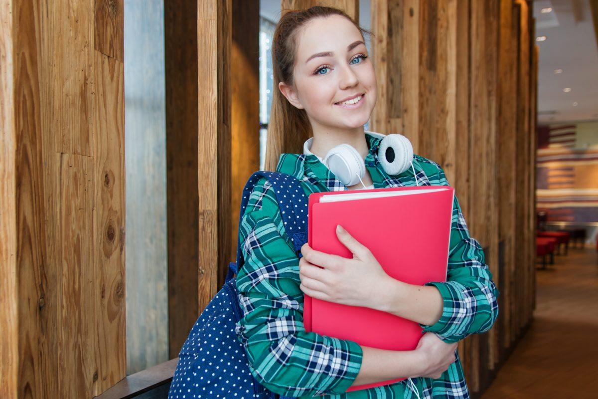 adolescent attractive backpack 1462630 e1557324212561 - Op VMBO On Stage vinden ondernemers de vakman (m/v) van de toekomst